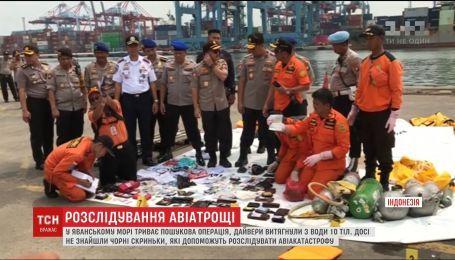 В Індонезії рятувальники другу добу шукають чорні скриньки літака, що розбився напередодні