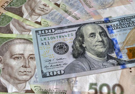 Долар здешевшав до нового рекордно низького рівня. Курси валют Нацбанку на п'ятницю та вихідні