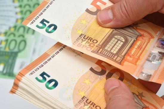 Долар і євро знову здешевшали в курсах валют Нацбанку. Інфографіка