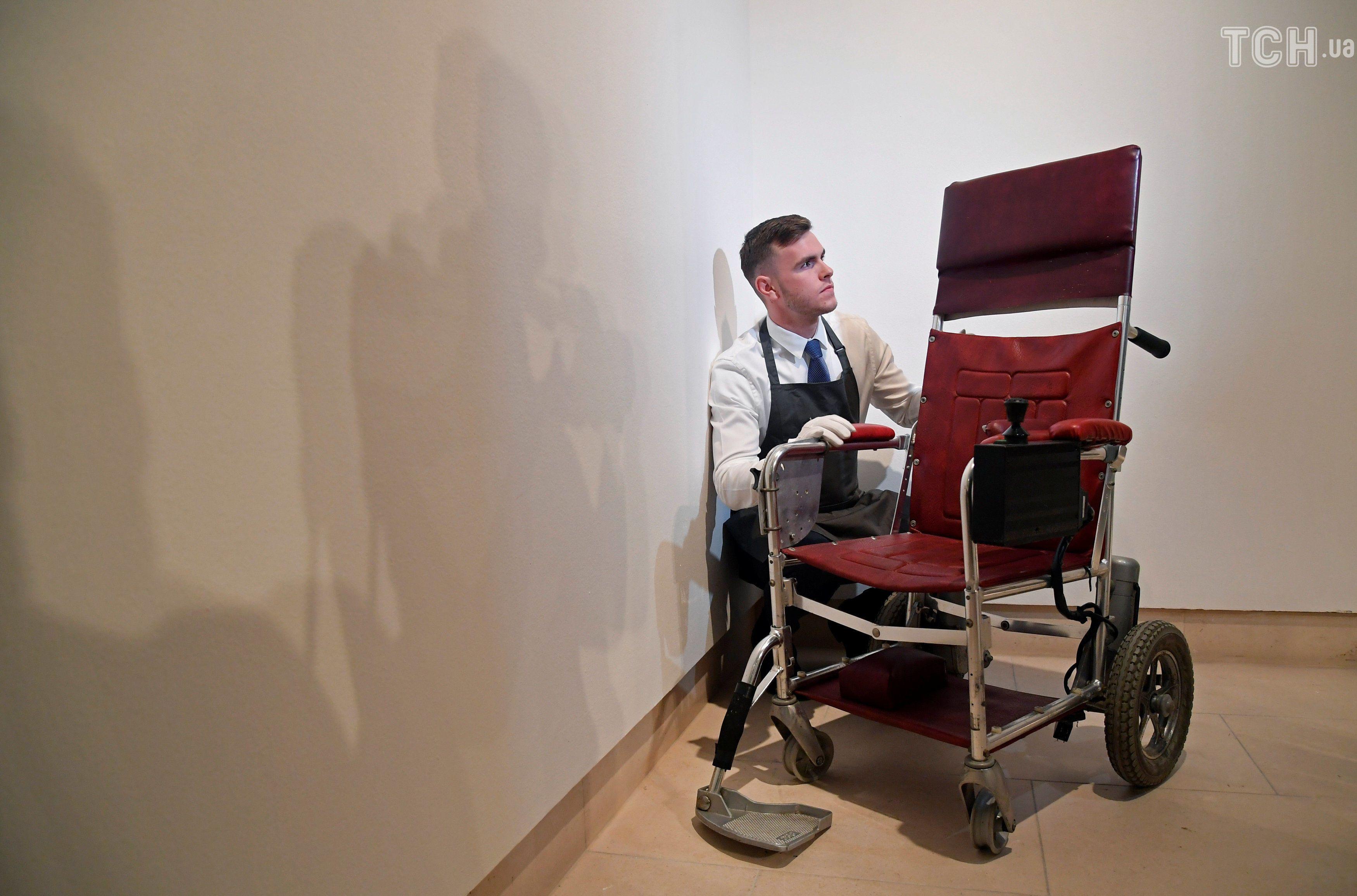 Крісло Гокінга для аукціону