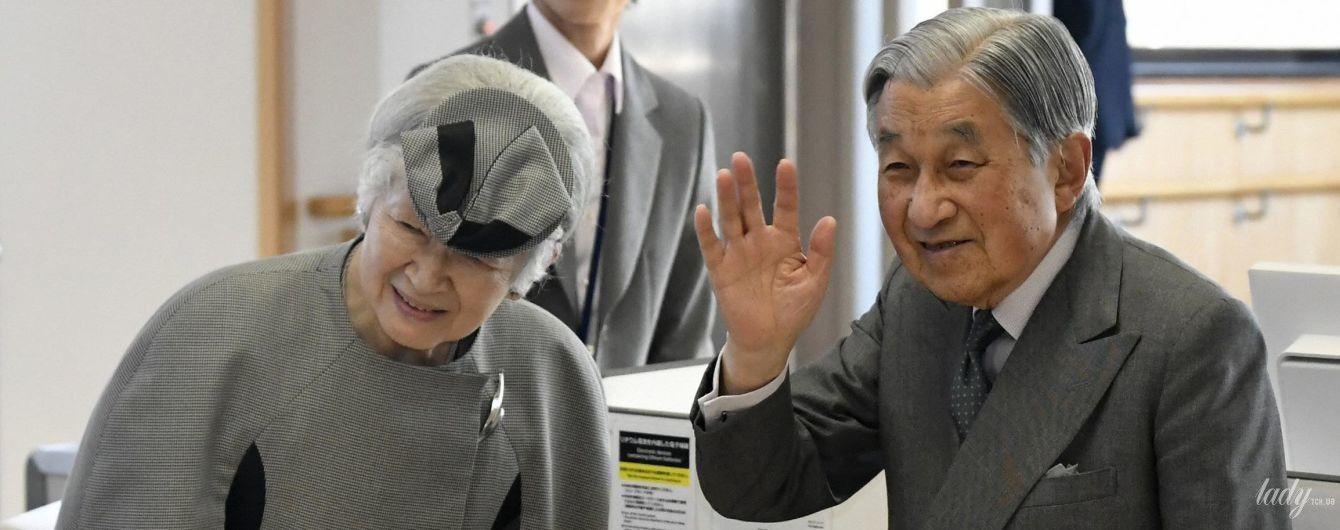50 оттенков серого: императорскую чету Японии подловили в аэропорту