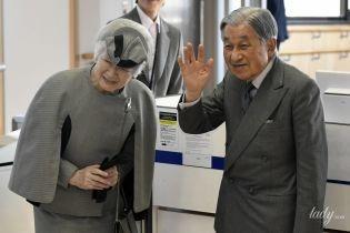 50 відтінків сірого: імператорське подружжя Японії заскочили в аеропорту