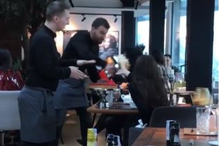 """""""Не витримали нерви"""": у київському ресторані офіціант запустив відвідувачці тортом в обличчя"""