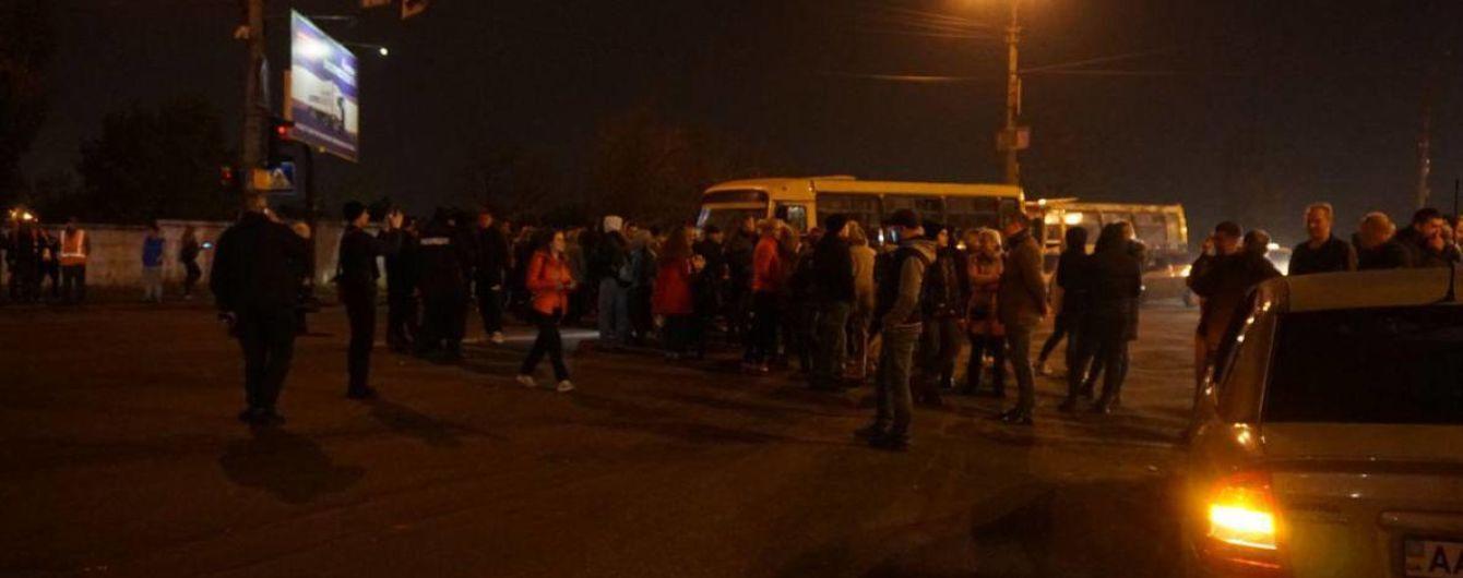 У Києві обурені мешканці перекрили дорогу через зникнення світла