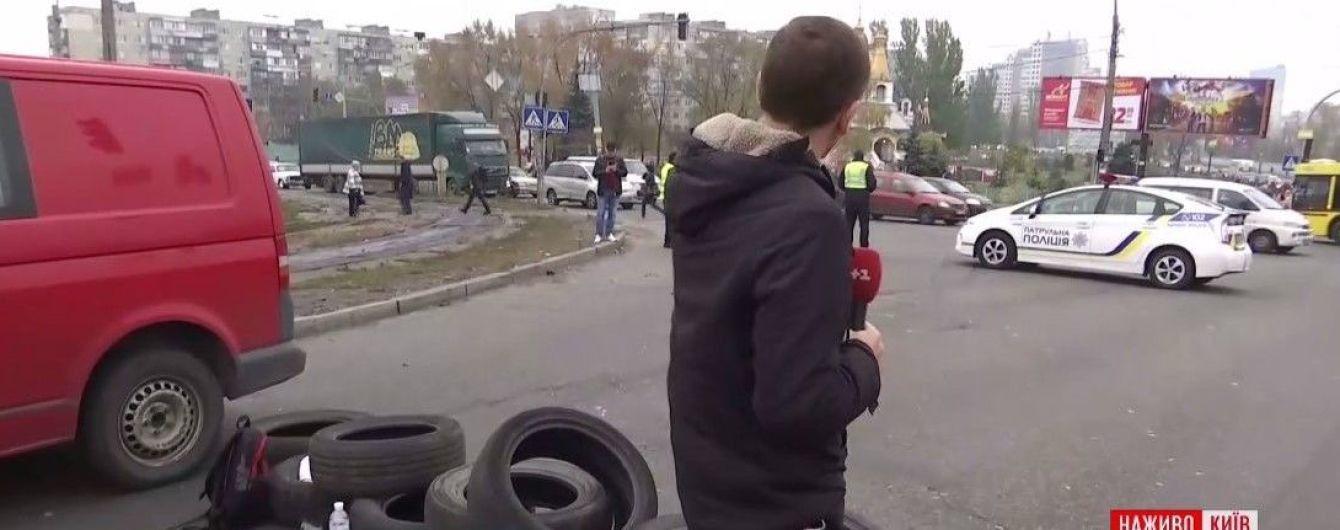 Левый берег Киева остановился в масштабных пробках из-за перекрытой протестующими дороги