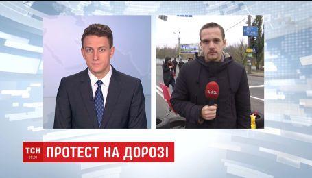 Мешканці двох багатоповерхівок перекрили шосе в Києві та спричинили масштабні затори