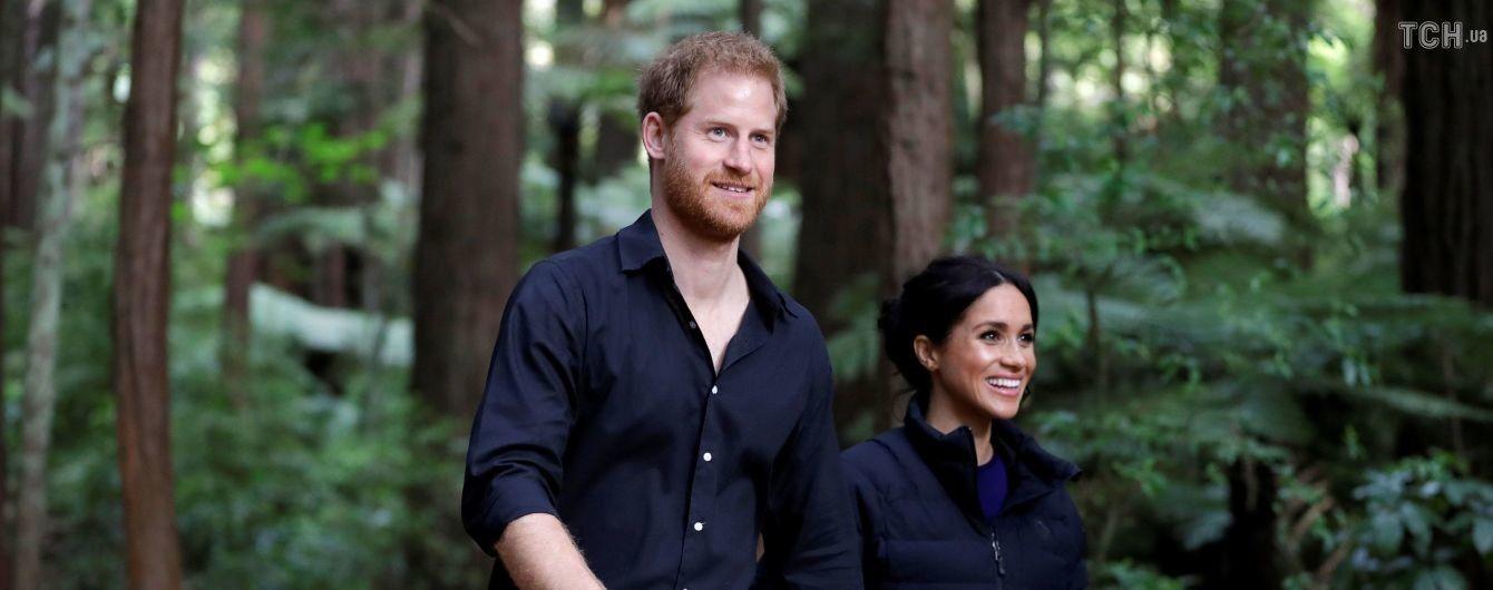 Тур принца Гарри и Меган завершился прогулкой по подвесному мосту и участием в обряде босиком