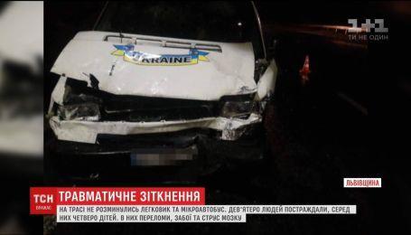 """На трасі """"Київ-Чоп"""" не розминулись легковик та мікроавтобус, є постраждалі"""