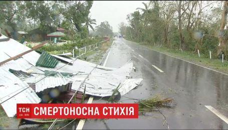 В Филиппинах местные жители массово покидают разрушенные дома