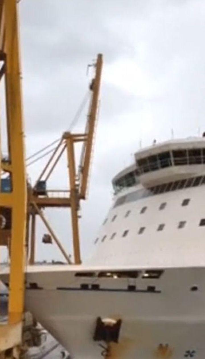 Через сильний вітер у порту Барселони пасажирський пором зіткнувся з краном