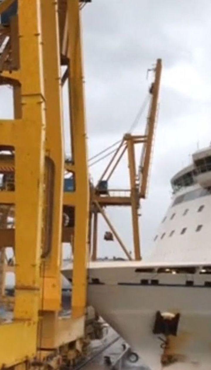 Из-за сильного ветра в порту Барселоны пассажирский паром столкнулся с краном