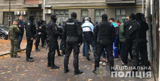 """Затримання """"тітушок"""" з кийками, газовими балончиками та зброєю: правоохоронці порушили справу"""