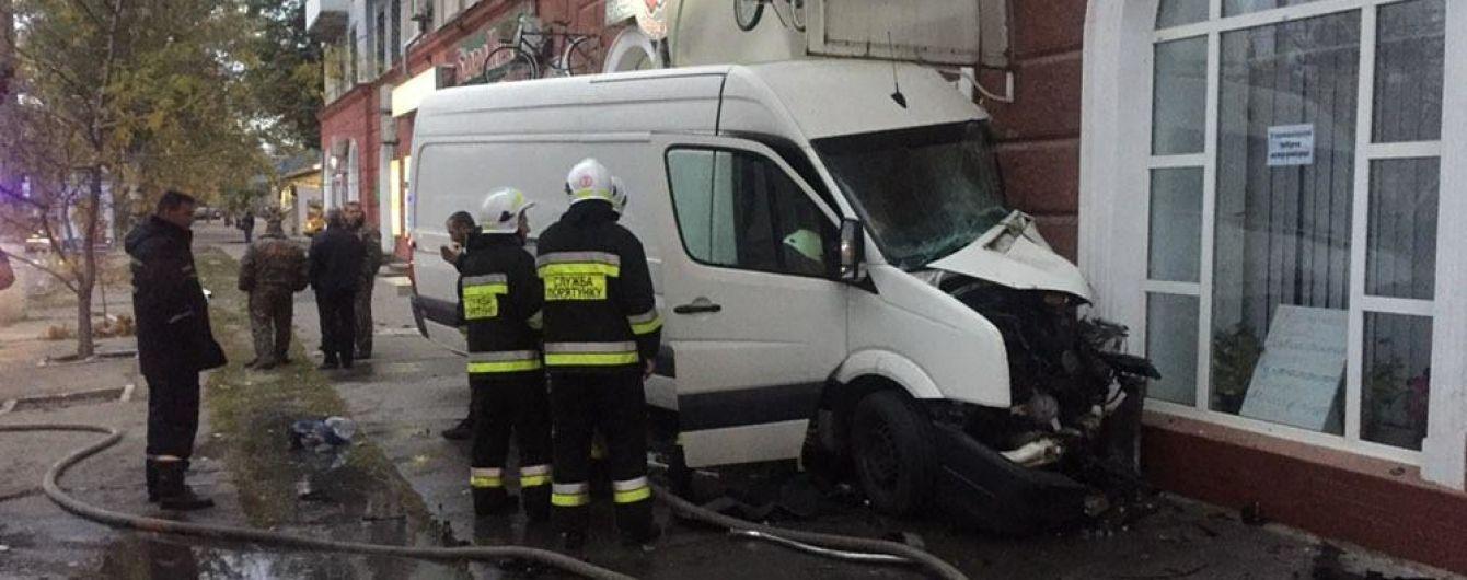 У Херсоні вантажний мікроавтобус протаранив стіну будинку і спалахнув, є постраждалі