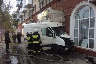 В Херсоне грузовой микроавтобус протаранил стену дома и загорелся, есть пострадавшие