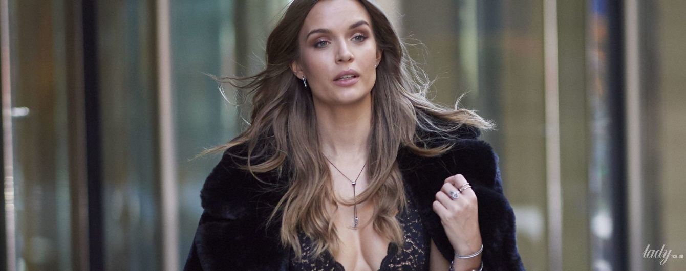 """У """"білизняній"""" сукні з глибоким декольте: """"ангел"""" Жозефін Скривер сходила на примірку образу в офіс Victoria's Secret"""