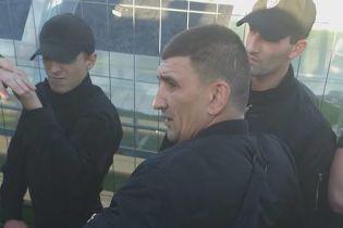 """Охорона президента """"Минаю"""" погрожувала фанатам """"Динамо"""" та залила їх газовим балончиком"""