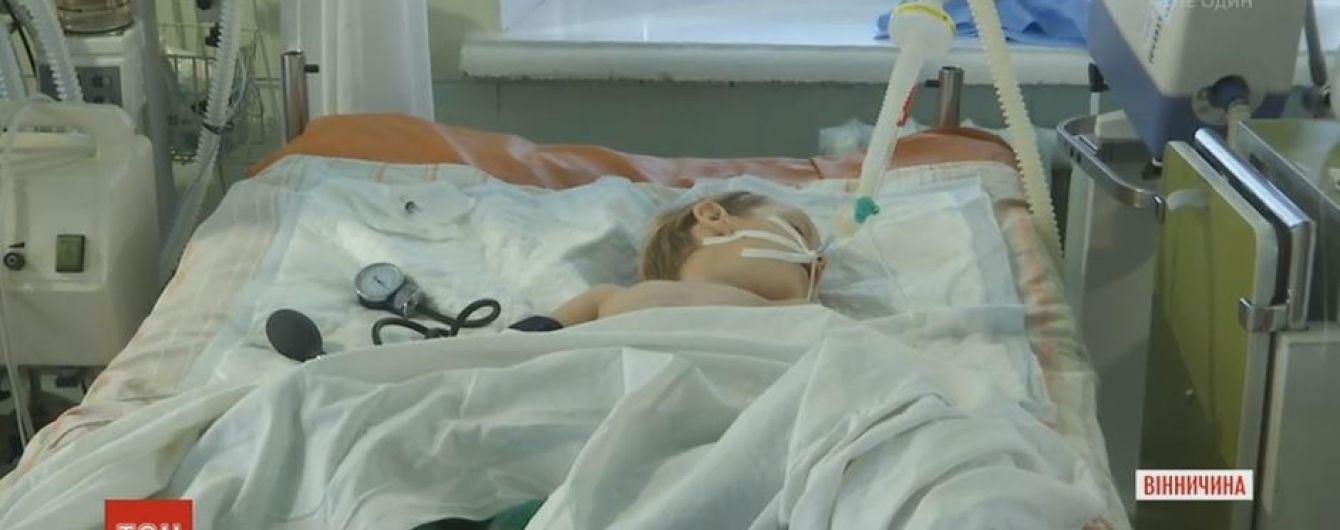 Гіпоксія і кома: льодяник на паличці перекрив дихання трирічного малюка на Вінничині