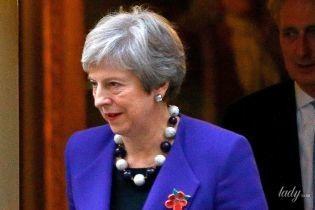 Любит синий цвет: Тереза Мэй вышла в свет в элегантном костюме и с пестрым браслетом