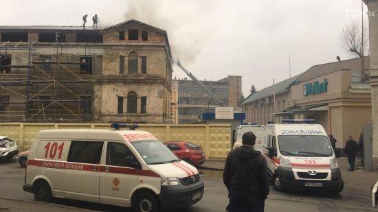 У Києві загорілась історична будівля біля Мистецького Арсеналу