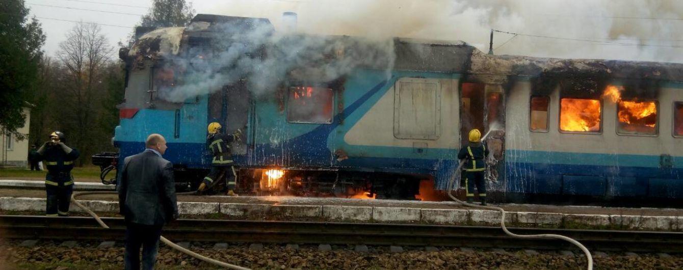 В Ровенской области загорелся дизельный тепловоз. Огонь тушил пожарный поезд