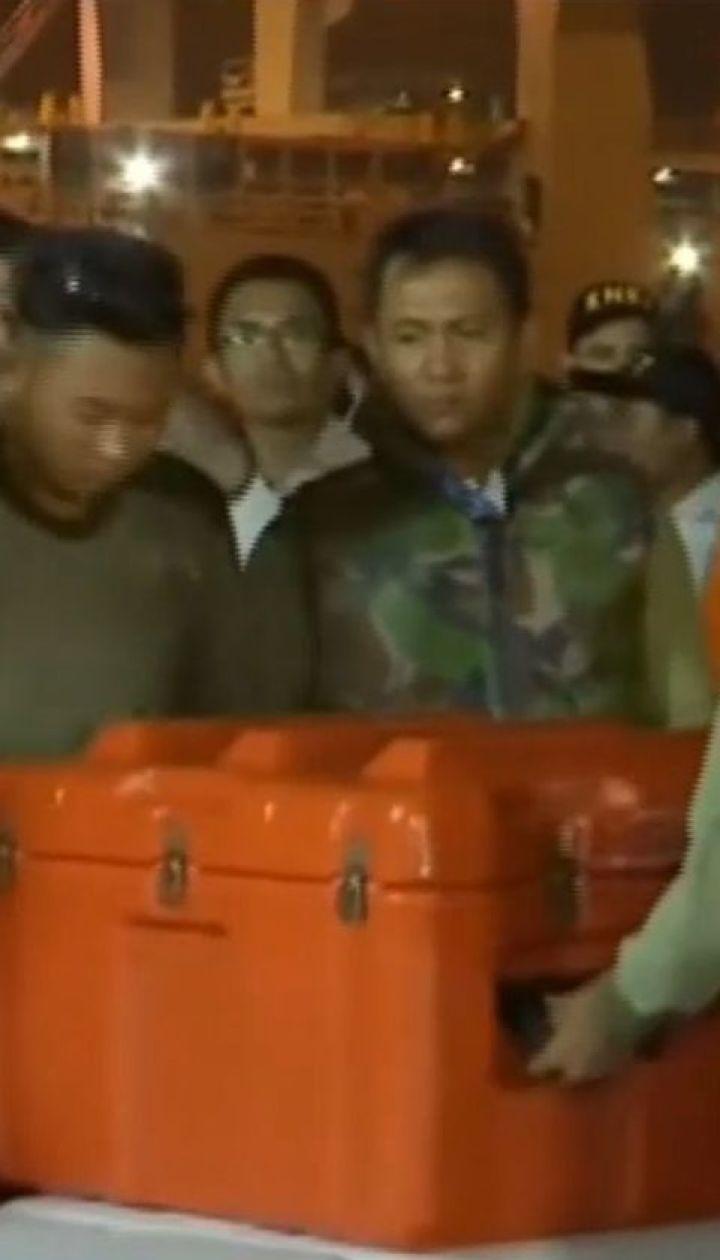Бортовий самописець літака, що розбився в Індонезії, дістали з дна Яванського моря
