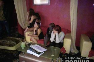 У Києві припинили діяльність мережі стриптиз-клубів, в яких танцівниці  займалися проституцією