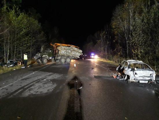 На Рівненщині BMWпротаранив лісовоз і спалахнув, а вантажівку відкинуло в інше авто