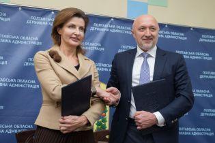 В жакете с брошью и плиссированной юбке: Марина Порошенко посетила Полтавскую область