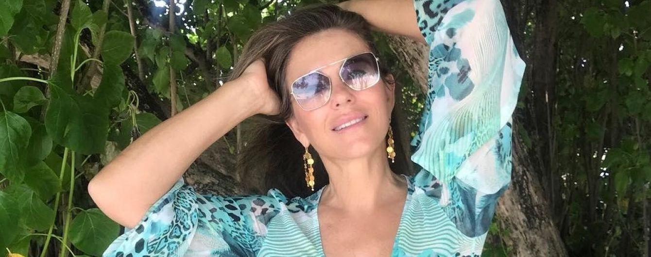 53-летняя Элизабет Херли в платье со смелым декольте позировала на Мальдивах
