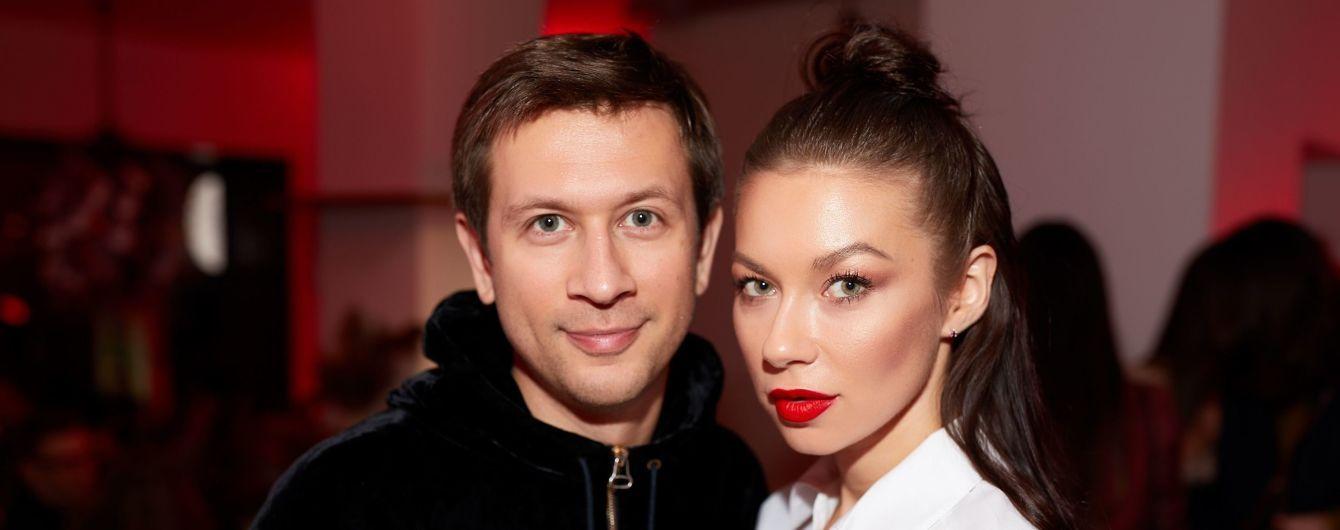 В белой рубашке и с красной помадой: стильная Полина Логунова на фэшн-презентации в Киеве