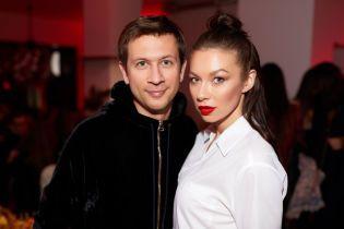 У білій сорочці і з червоною помадою: стильна Поліна Логунова на фешн-презентації у Києві