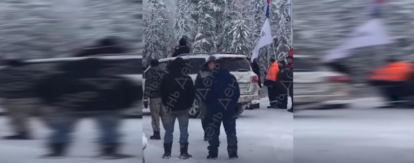 У Росії священик з люка Lexus освятив дорогу