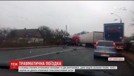 Снесенный забор и заблокированная дорога: на Житомирщине столкнулись авто и два грузовика