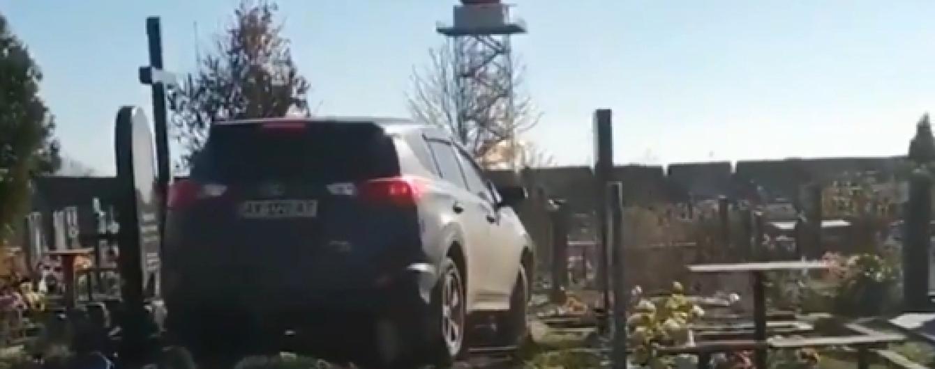В Харькове священник прокатился внедорожником по могилам