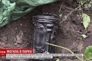 """Неожиданная могила в центре Киева: отца умершего ребенка """"вдохновила"""" статья в газете"""