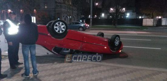 У Києві п'яний водій влаштував ДТП й перевернув своє авто на дах