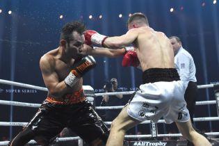 Британского боксера после боя унесли с ринга на носилках и в кислородной маске