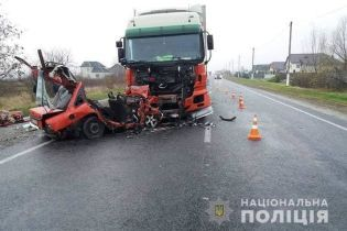На Прикарпатті внаслідок моторошного зіткнення легковика та вантажівки загинули двоє молодих чоловіків