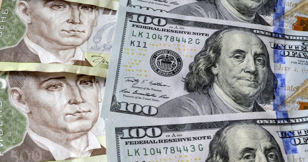 Курс долара падає. Експерти пояснили тенденцію і порадили, що робити далі