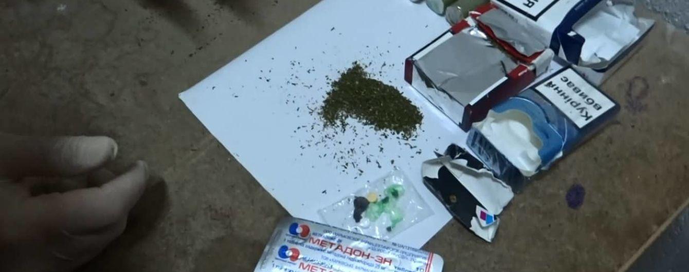У Києві затримали інспектора СІЗО, який намагався пронести до установи наркотики