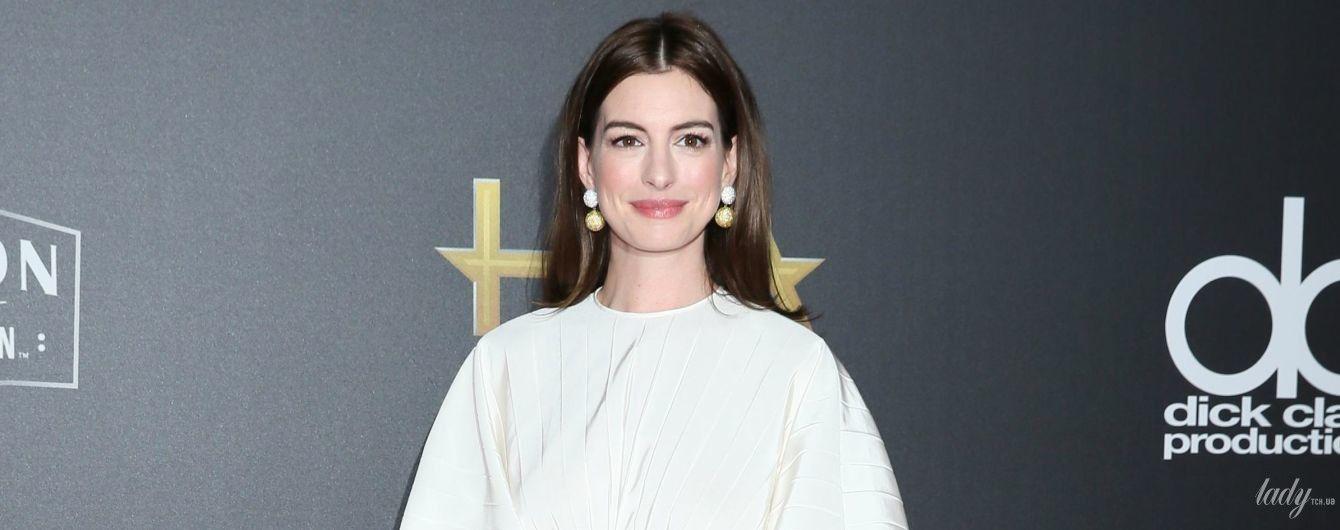 У сукні Valentino і на величезних шпильках: Енн Гетевей красувалася на червоній доріжці