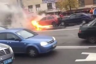 Потрійна ДТП у Києві: один із автомобілів через сильний удар спалахнув