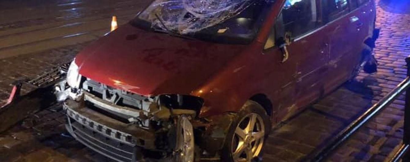 У Львові авто з п'яним водієм під час перегонів із поліцейськими розтрощило паркан і перекинулося