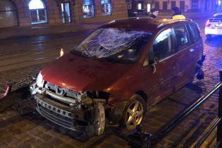 Во Львове авто с пьяным водителем во время гонки с полицейскими разбило забор и перевернулось