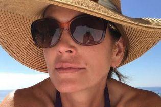 В шляпе и очках: Синди Кроуфорд поделилась пляжным снимком
