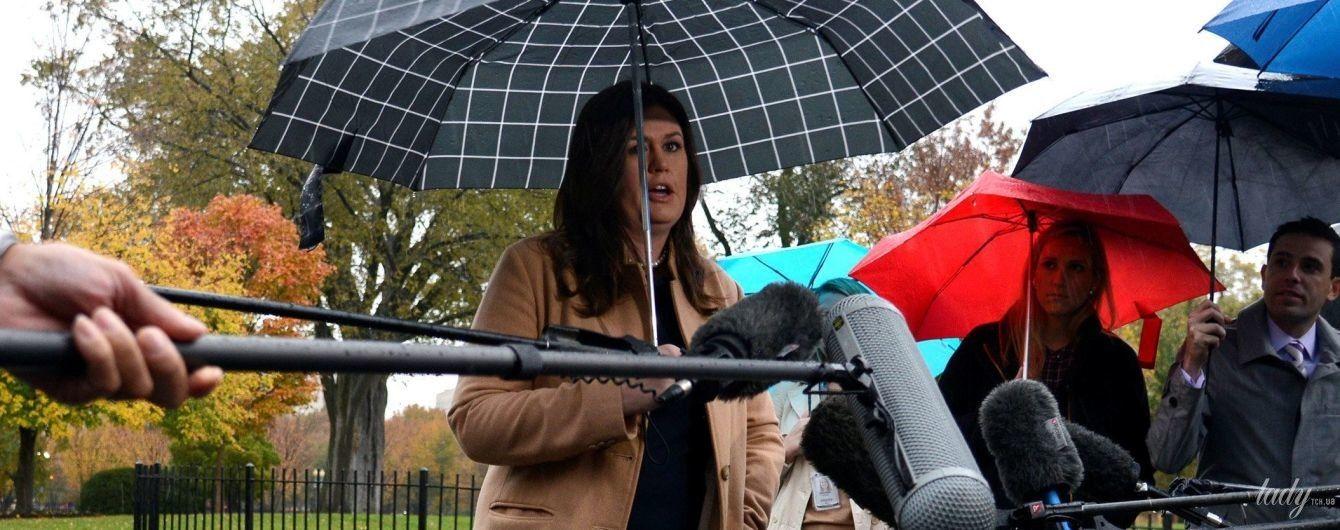 В бежевом пальто и голубых туфлях: новый стильный выход пресс-секретаря Белого дома США
