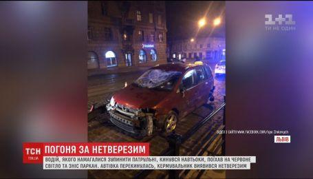У Львові п'яний водій зніс паркан та перекинувся під час втечі від патрульних