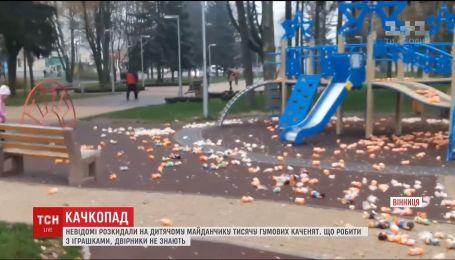 У Вінниці невідомі розкидали у парку близько тисячі гумових каченят