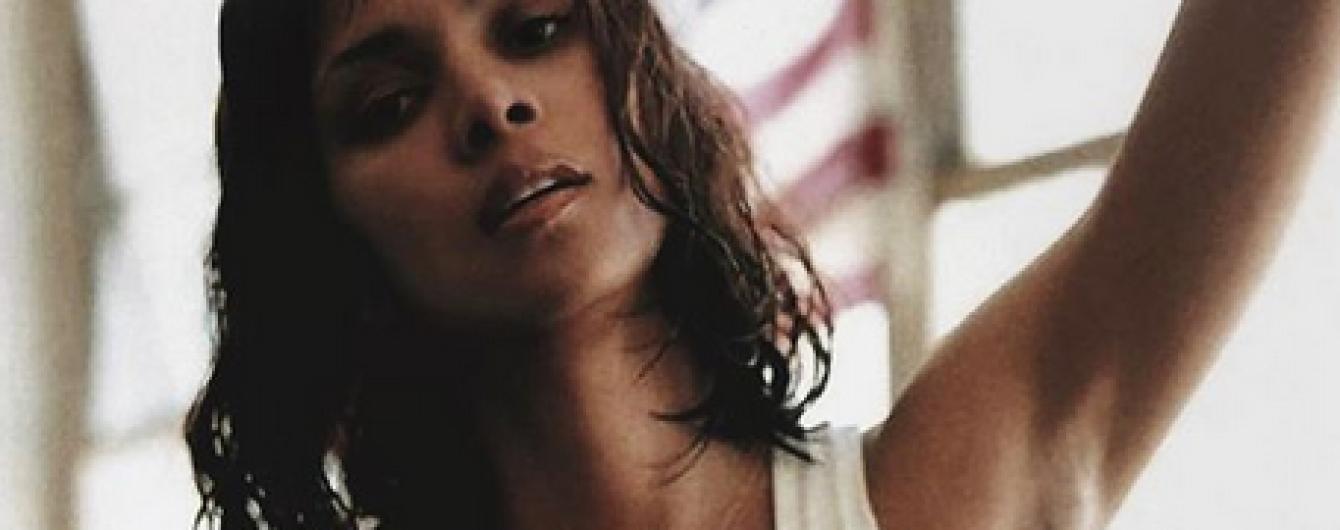 Без нижньої білизни: Геллі Беррі блиснула пишними грудьми