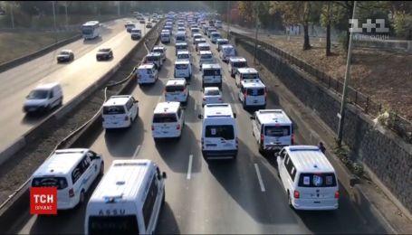 """Протест """"скорой"""": сотни машин неотложной помощи заблокировали дорогу в Париже"""